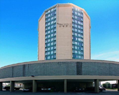Operation Hours. The parking lot and your vehicle is accessible 24/7. Arrival Info. Please arrive at Qwik Park 15 minutes prior to the time you want to be at your airport terminal.